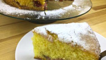 Очень вкусный и по-летнему освежающий лимонный пирог с клубникой. Готовится просто, получается невероятно вкусным.