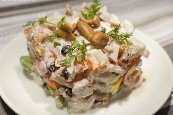 Пикантный салат «Изюминка» с ананасом и грибами