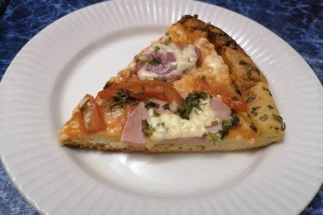 Пицца из жидкого теста на майонезе с колбасой и сыром