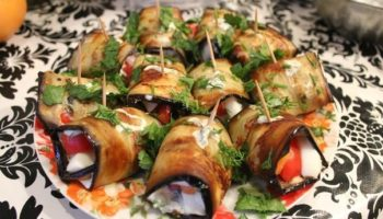 Рулеты из баклажанов с овощами и яйцом
