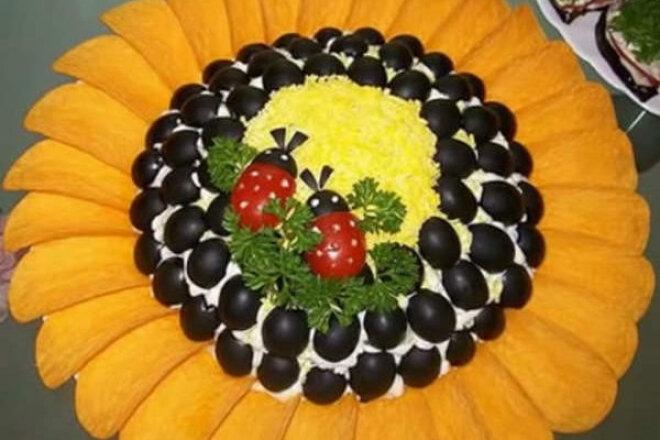 Слоеный салат «Подсолнух» с курицей и кукурузой