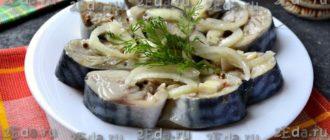 Скумбрия, маринованная с маслом, луком и уксусом