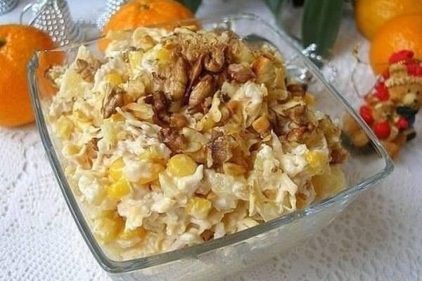 Салат с куриным филе, орехами и ананасом