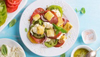 Пикантный салат с помидорами, моцареллой и хлебом