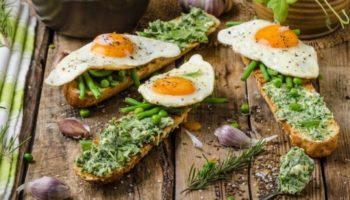 Багет с душистым зеленым маслом и жареным яйцом