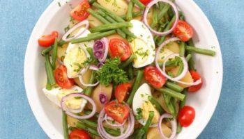 Салат со спаржевой фасолью, картофелем и яйцом