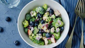 Салат из брокколи с голубикой