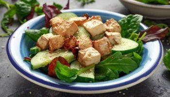 Салат с жареным сыром тофу и огурцами