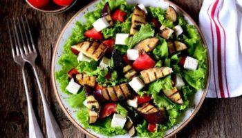 Салат из баклажанов гриль с сыром и помидорами