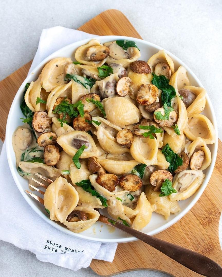Паста с грибами и шпинатом в сливочном соусе