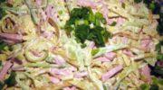 Блинный салат с колбасой и огурцами!Такое блюдо можно подать на масленицу. Или в любой другой праздник.