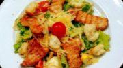 Вариант известного салата, которым можно удивить своих домашних. Во главе угла – пикантный соус, изюм и сухарики.