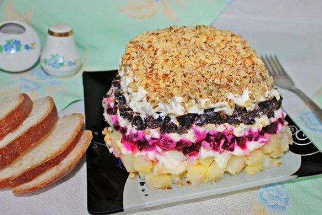Вкусный салат с орешками