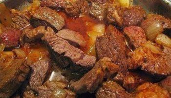 Гуляш хорош к любому гарниру, поэтому я его частенько готовлю. универсальное блюдо на все случаи жизни!