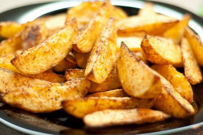Золотистый картофель по-деревенски в духовке