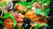 Куриные рулетики в беконе с оливками