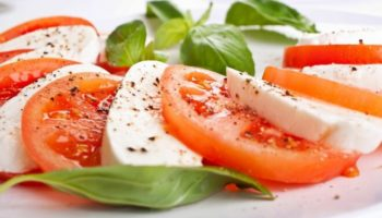 Легкий салат «Капрезе» с моцареллой и помидорами