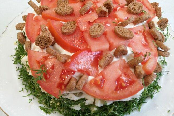 Обожаем этот салат, всегда его готовим на все праздники и торжества. Салат простой, но очень вкусный и продукты всегда найдутся для него.