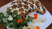 Оригинальный салат, украшенный целыми грецкими орехами