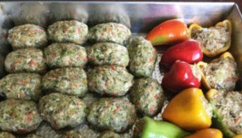 Традиционно «ленивыми» могут быть голубцы и вареники. Оригинальный рецепт быстрого приготовления.
