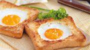 Яичница в тостах и витаминный салат