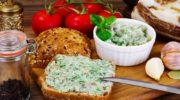 Закуска из сала и чеснока со свежей зеленью