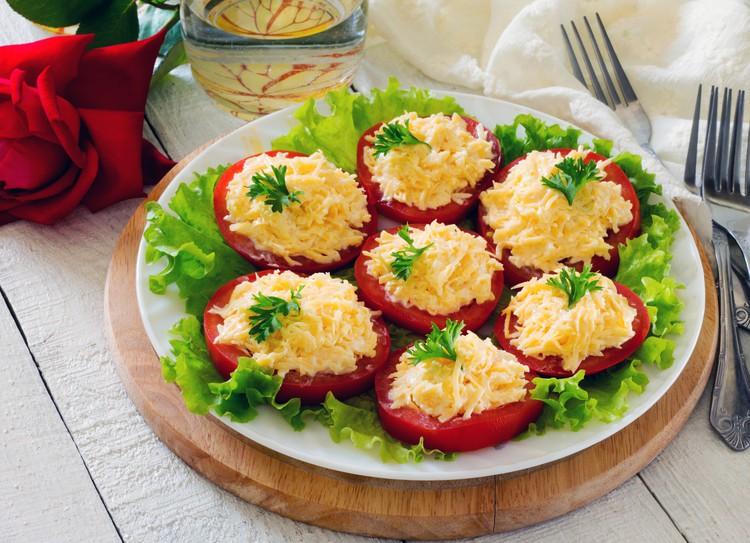 Помидоры по-шопски с сыром и чесноком