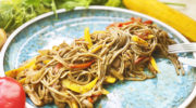 Горячая сковородка с лапшой, мясом и овощами за 15 минут