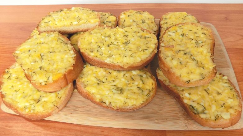 Горячие бутерброды с плавленым сыром и вареными яйцами
