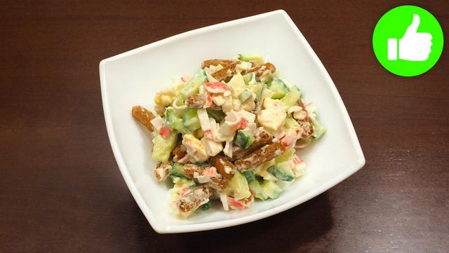 Готовлю быстрый салат из огурцов с сухариками по проверенному рецепту