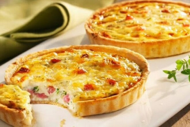 Открытый пирог с начинкой из лука, яиц, сыра, молока и бекона, с основой из песочного несладкого теста. Подавать можно на завтрак, обед и ужин.