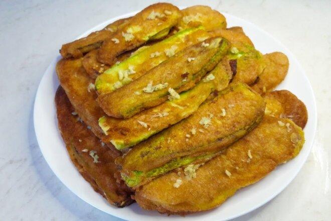 Отличная закуска - кабачки в кляре. Обалденно вкусные. Жареные кабачки с чесноком в кляре - очень вкусное сезонное блюдо!