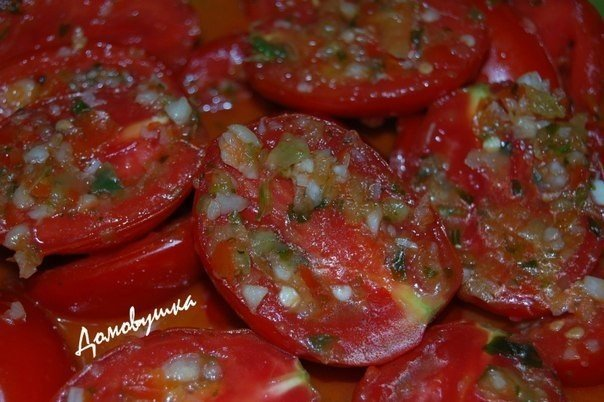 Отличная закуска, которая радует любой праздничный стол - помидоры по корейски. Делается быстро и легко. Вкусно!