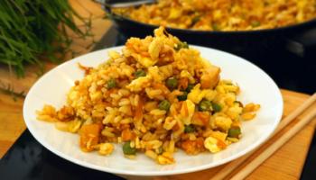 Рис по-китайски, жареный с яйцом, курицей и овощами