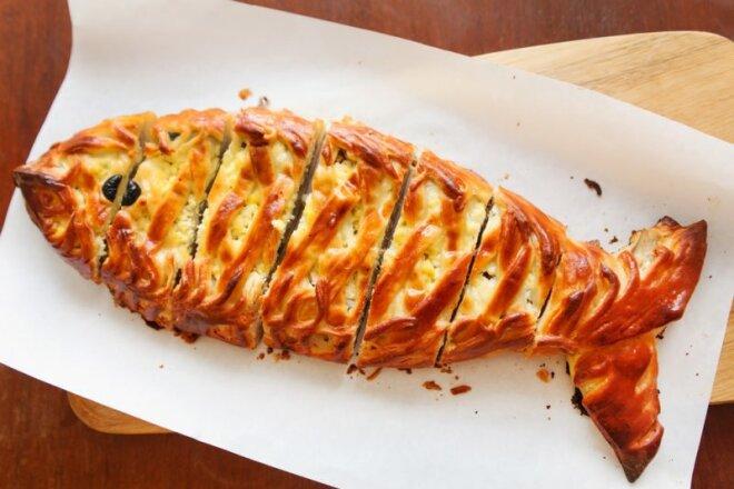 Финский национальный рыбный пирог с беконом, рыбой, салом. Выпечка похожа на хлеб с наполнителями