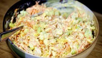 Вкуснейший рецепт салата с нежными кусочками курицы, свежими огурцами, вареными яйцами, сыром и ароматной морковью по-корейски.