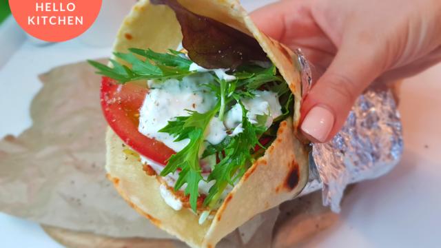 Гирос с греческим соусом дзадзики
