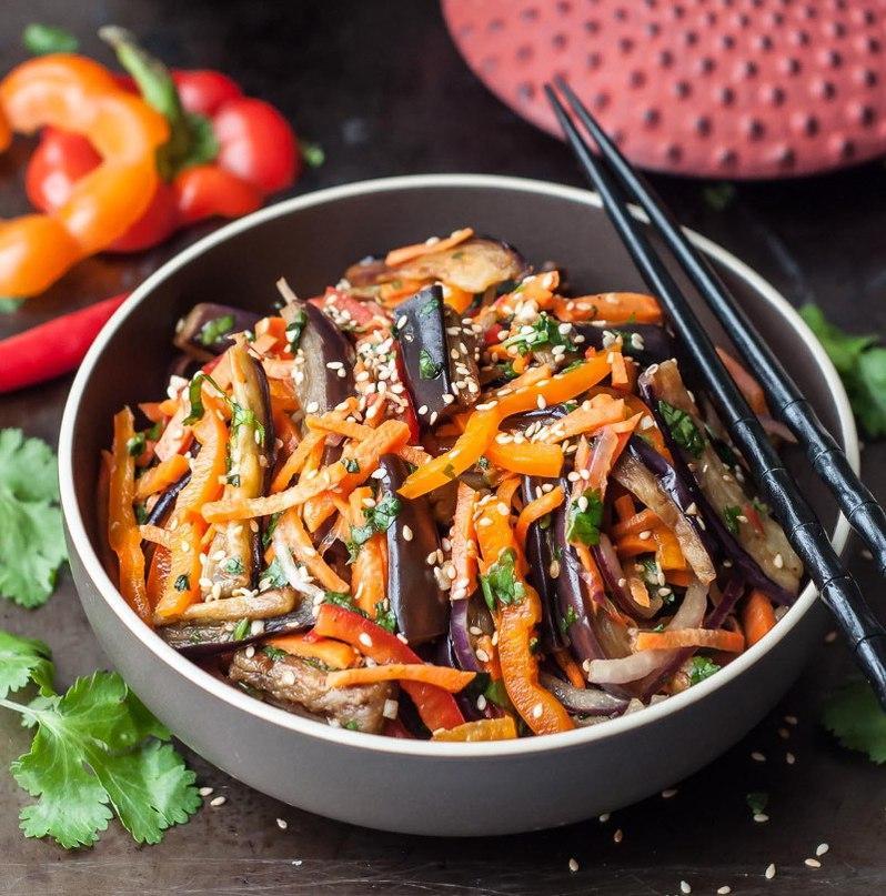 Острый хрустящий азиатский салат из баклажанов, сладкого перца, моркови, красного лука с добавлением уксуса, семян кунжута, чеснока и кинзы