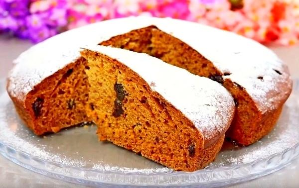 Очень вкусненький пирог на кефире. Это самый распространенный вариант приготовления такого десерта. Он всегда пышный и мягкий.