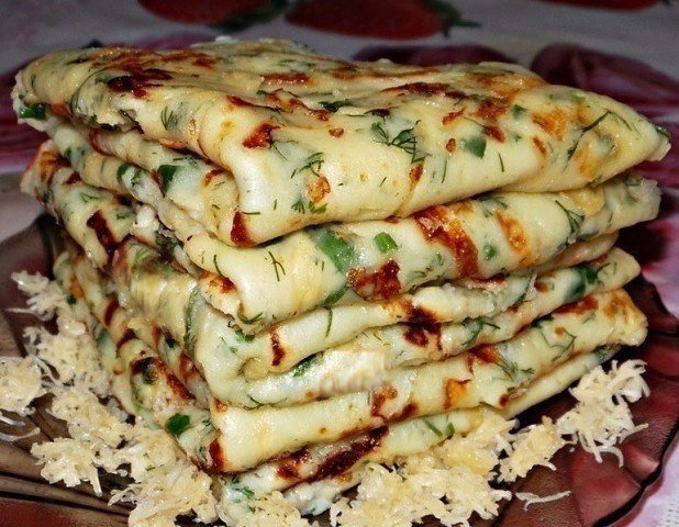 Сырные блины – это один из самых простых и в то же время популярных рецептов среди всех любителей данного блюда.