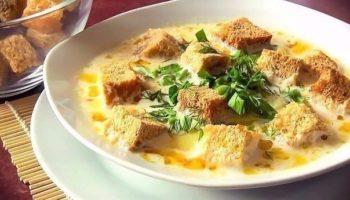 Сырный суп — это быстрое, сытное и согревающее блюдо. Смело зовите гостей и в теплой компании наслаждайтесь его сливочным вкусом!