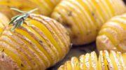 Этот картофель поистине получается прaздничным! Душистый, запечённый в духовке под соусом, невероятно вкусный!