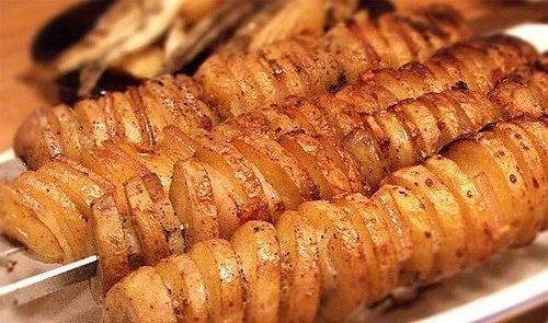 Собираетесь на природу? Тогда захватите с собой этот простой рецепт картошки с салом в фольге на костре и порадуйте себя и близких этим знакомым с детства вкусом.