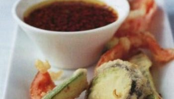 Жареные овощи в кляре с острым соусом (темпура)