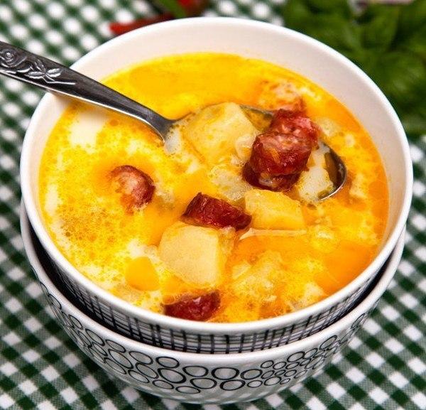Лучший рецепт ароматного супа, заправленного сметаной, с копчеными колбасками и картофелем.