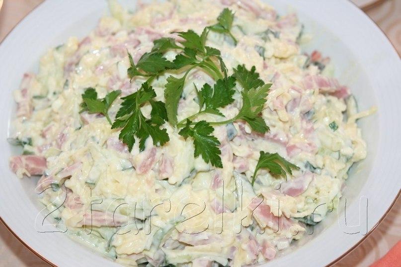 Вкусный праздничный салатик, нежный, но пикантный за счет чесночка