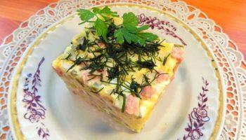 Классический новогодний салат «Оливье» с колбасой и зеленым горошком