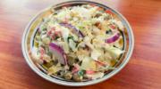 Крабовый салат с капустой и консервированным горошком