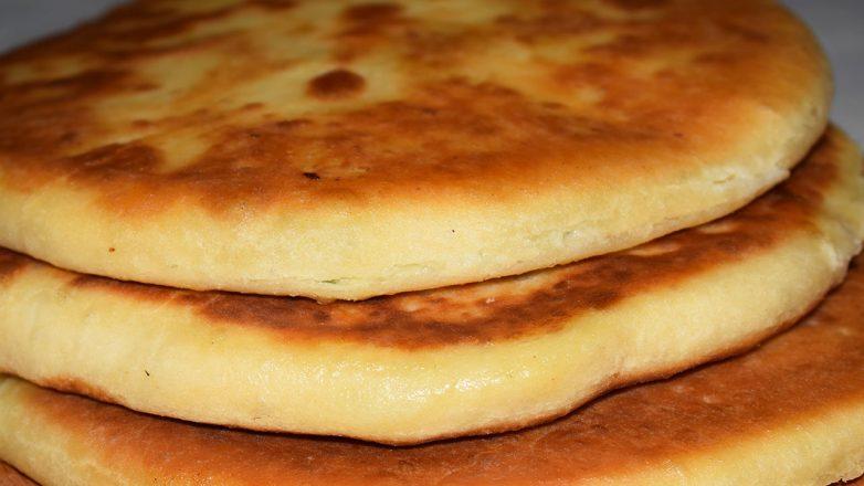 Лепешки с творогом и сыром по-домашнему готовятся просто и быстро. Очень мягкие и вкусные, а по вкусу как хачапури.