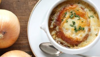 Французский луковый суп под сыром